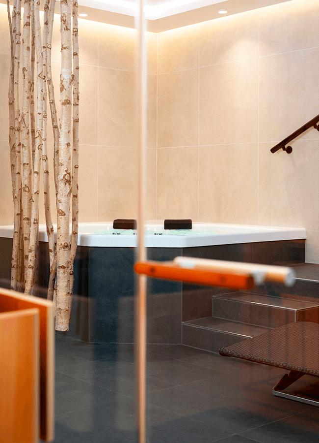 Comfort Suite Berlin Vorderansicht von Whirlpool und Dekoration
