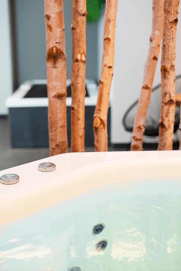 Whirlpool Superior Suite Berlin Wilmersdorf Detailansicht Beckenrand und Dekoration